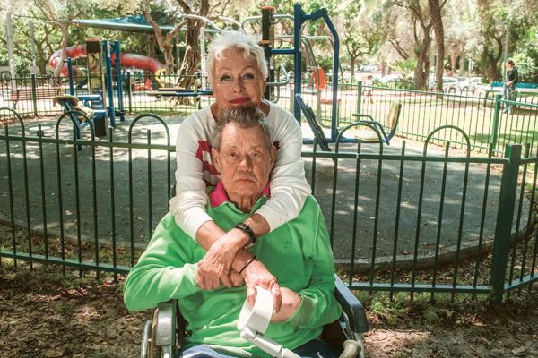 Прогулки в парке рядом с домом – тоже часть реабилитации народного любимца