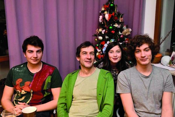 Старшие дети похожи на отца. На фото ведущий с Иваном, Степаном и Татьяной