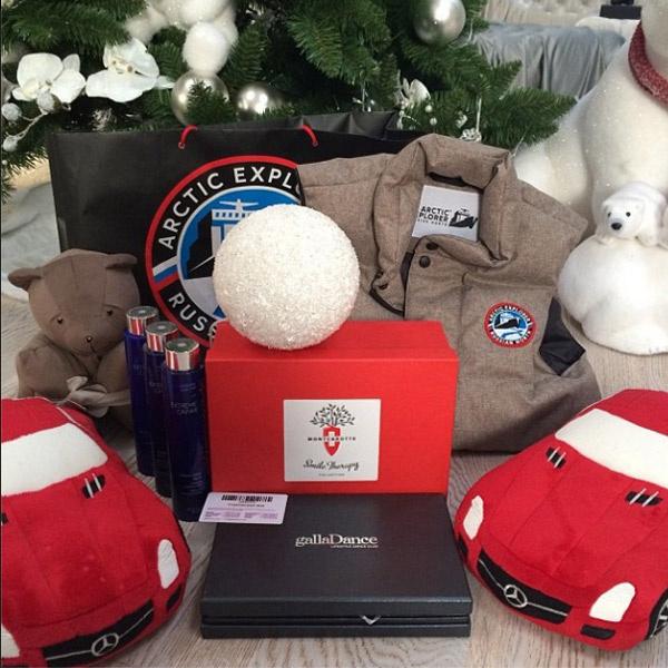Дед Мороз уже принес Яне под елочку первые подарки