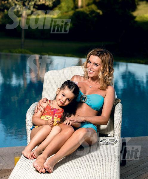 Дочка Ксюши научилась плавать в бассейне без нарукавников