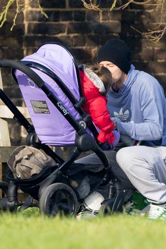 Заботливый папа постоянно уделял внимание малышке