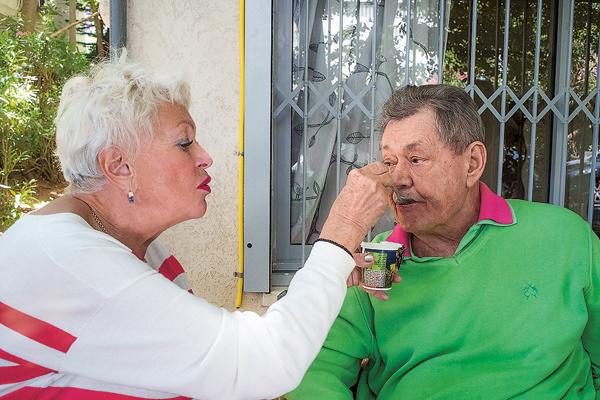 ...а она кормит его с ложечки йогуртом