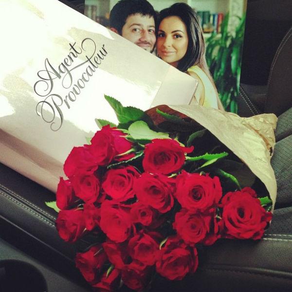 «Впервые сама себе цветы купила. У бабули в переходе ... Теперь в машине невероятный аромат малины ...» - подписала снимок Виктория