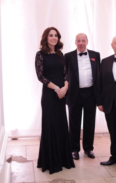 В таком же платье Кейт Миддлтон вышла в свет в 2014 году