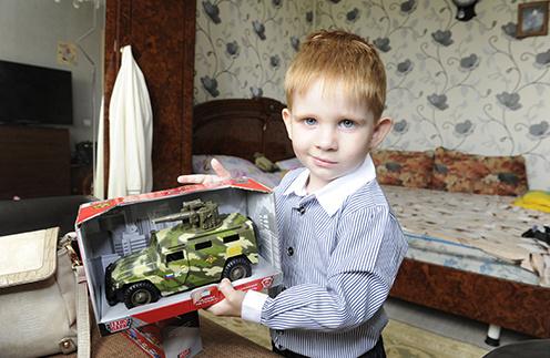 """Женя Пугачев обожает машинки. С подарком от обозревателя """"СтарХита"""" Ольги Родиной"""