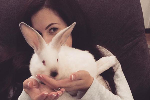 Тот самый подарок – белый кролик Сара