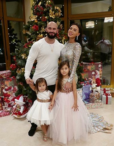 Рэпер Джиган с женой Оксаной Самойловой и дочками Ариелой и Леей