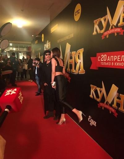 Вweb-сети интернет размещен снимок, накотором Ольга Бузова целует Дмитрия Нагиева