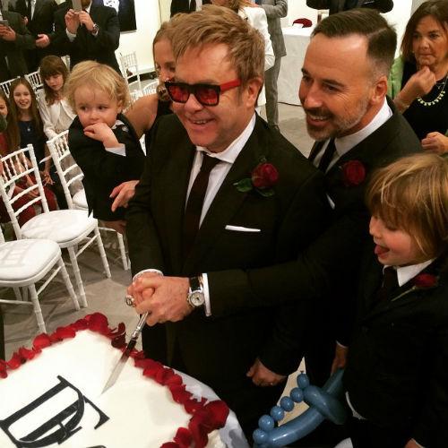 Дэвид Ферниш и Элтон Джон вместе с детьми режут торт