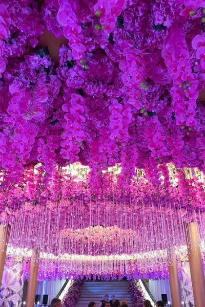 Ресторан был украшен огромным количеством цветов