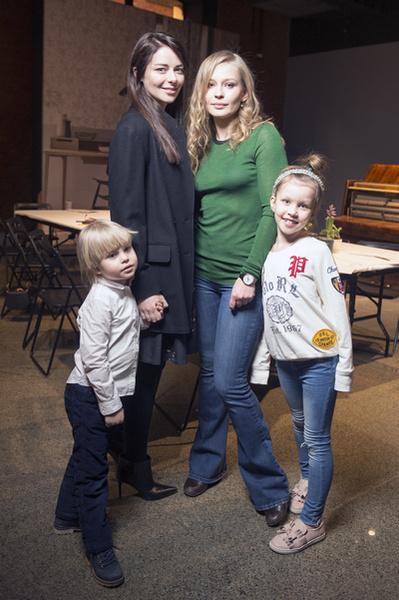 Марина Александрова и Юлия Пересильд с детьми