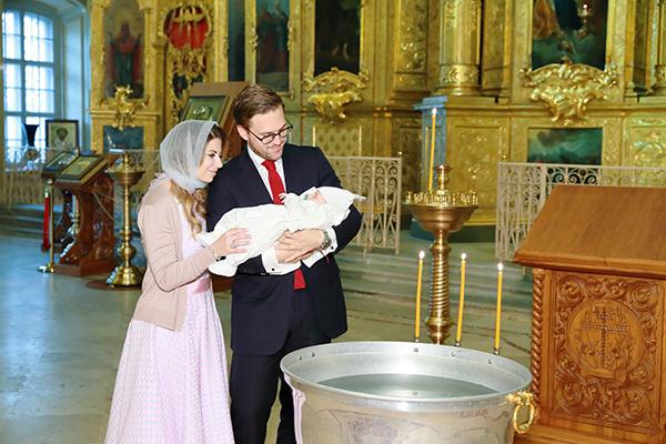 Галина Юдашкина и Петр Максаков с сыном на крещении