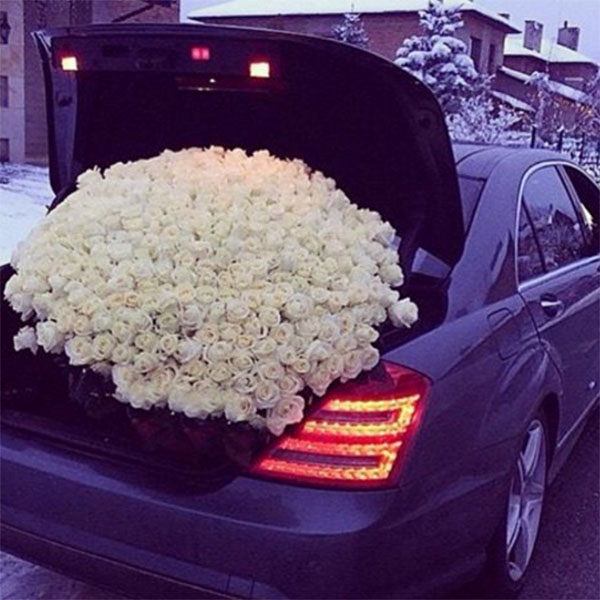 Антон Гусев показал в микроблоге фото авто с багажником, наполненным розами