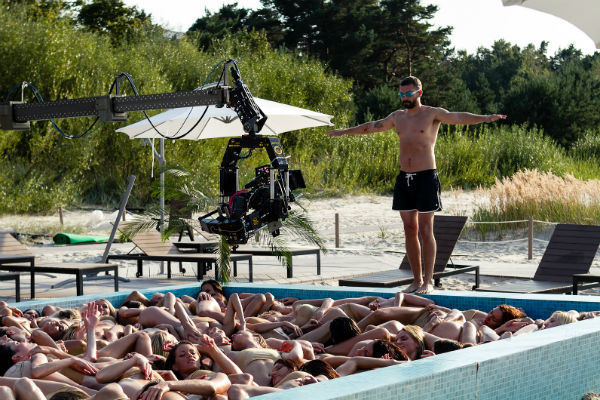 Владимиру Кристовскому пришлось даже прыгать в бассейн, который был наполнен не водой, а обнаженными красотками