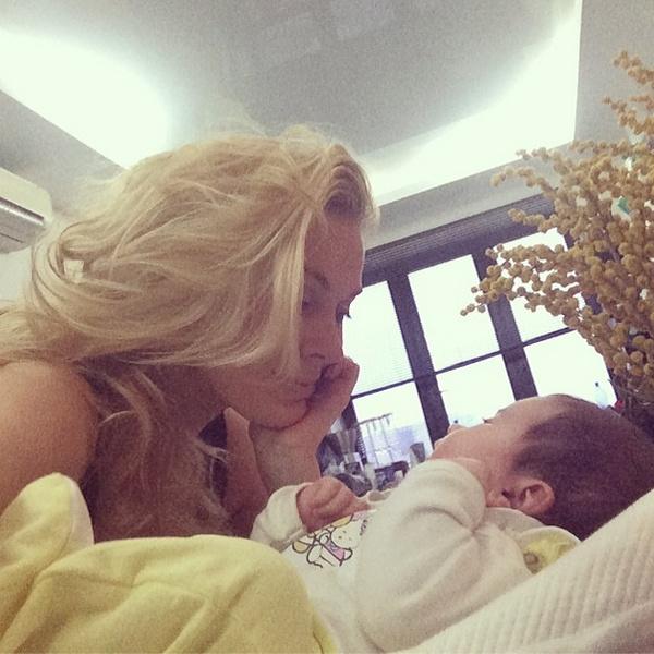 Когда Арис родилась, у Тани были светлые, длинные волосы