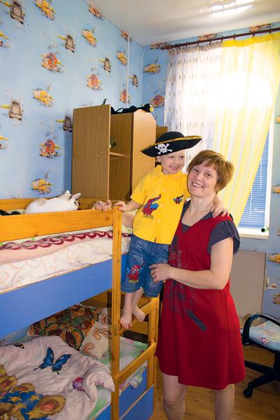 Малыши обживают собственные детские на втором этаже дома. На фото – Оксана с сыном Арсением