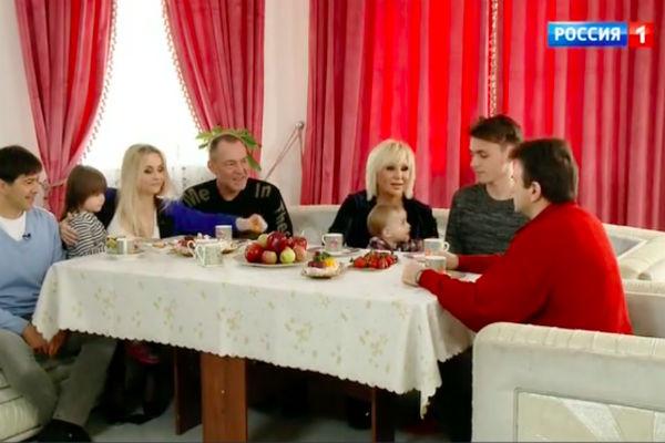 Валентина Легкоступова с семьей