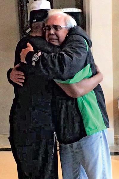 Джейми разместил в Twitter фото с отцом спасенного им мужчины. Тот встретился со звездой, чтобы поблагодарить за помощь