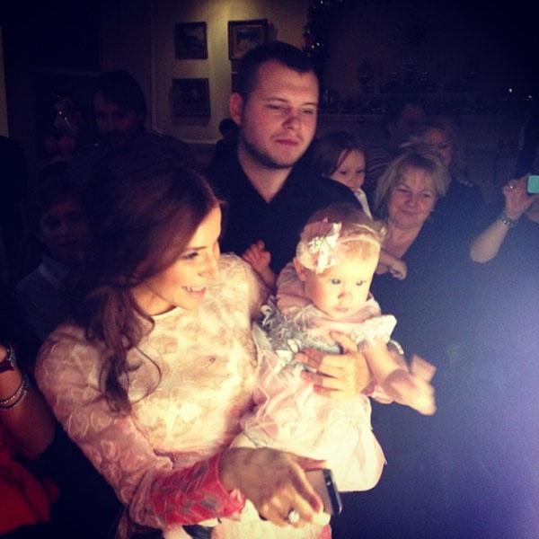 Маргарита с родителями в окружении гостей