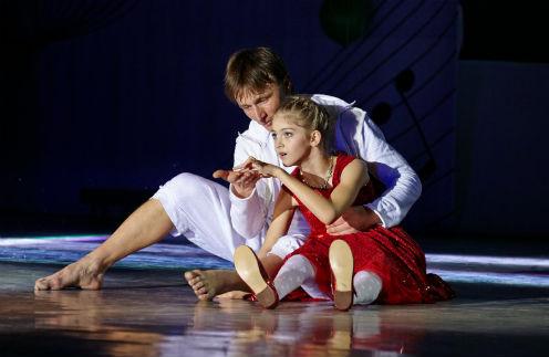 Вера с солистом и постановщиком танца Владимиром Лопаевым на сцене во время концерта