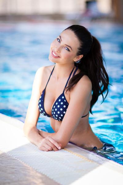 В обновках Юлия позировала в бассейне