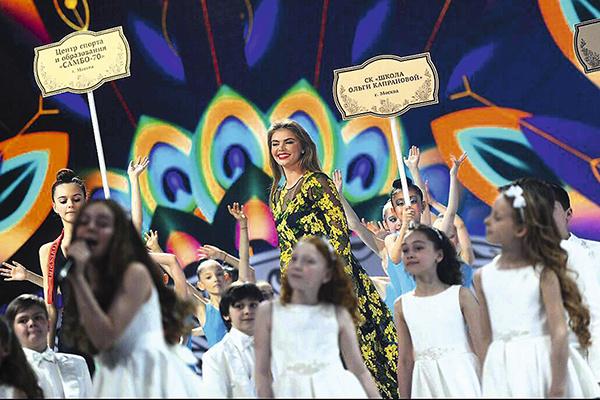 На сцене Алина появилась в вечернем платье с прозрачными вставками