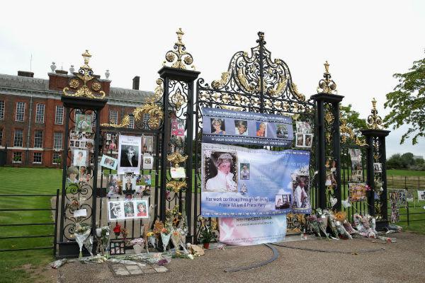 Простые британцы приносят цветы и фотографии в память о Диане