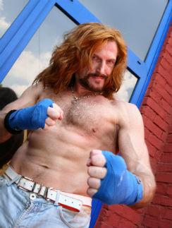 53-летний актер в прекрасной форме и даст отпор любому, посягнувшему на крепость его семьи
