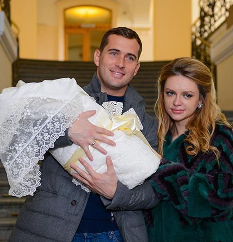 Александр и Милана Кержаковы с новорожденным сыном