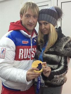 Евгений Плющенко и Яна Рудковская демонстрируют золотую медаль
