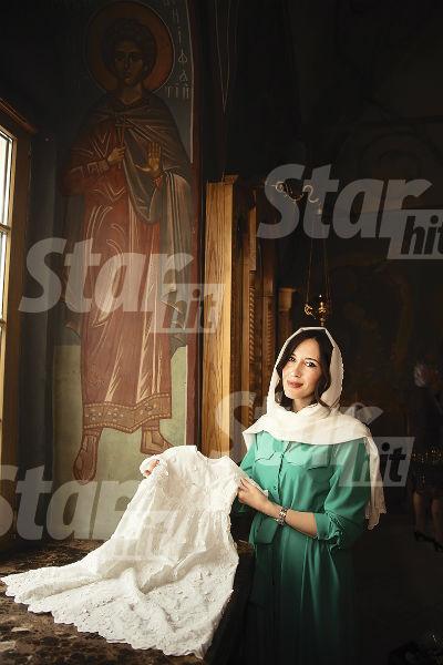 Крестная Наталья подарила малышке платье и крестик