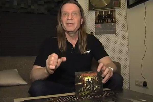 Валерий Кипелов подарил Даниле Плужникову диск с новой песней «Непокоренный»