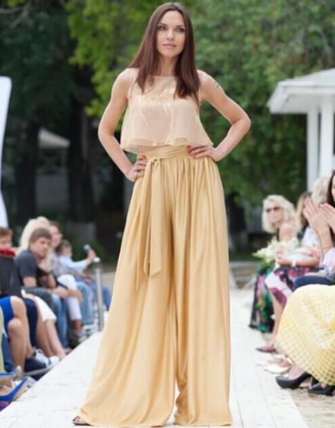 Надя Ручка демонстрирует одну из моделей платьев