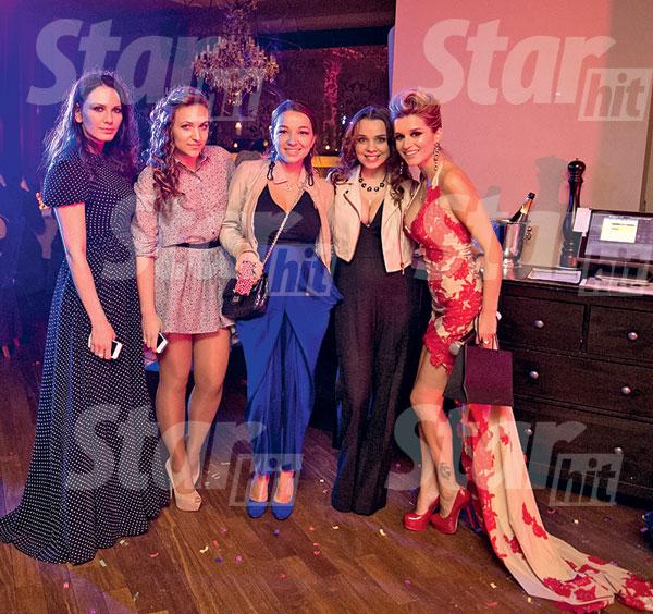 Ксюша с подругой Кариной (слева) и мастерами из ателье Prano da Galan, которые сшили ей праздничное платье