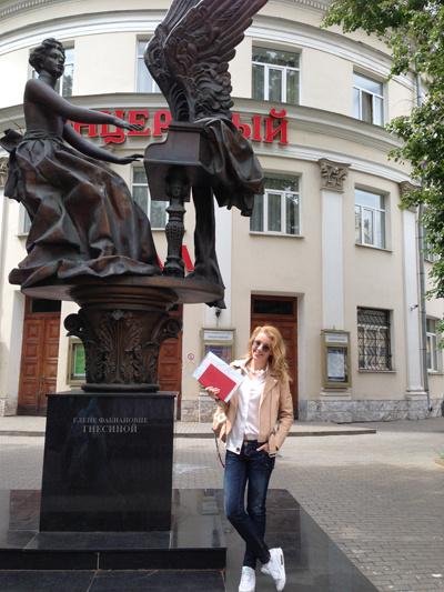Певица у памятника Е.Ф. Гнесиной