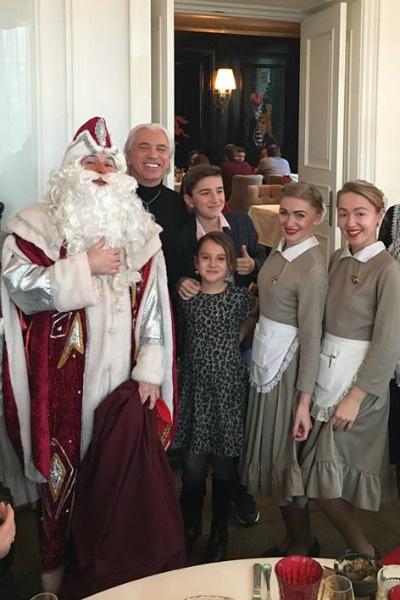 Звездное семейство поздравил Дед Мороз