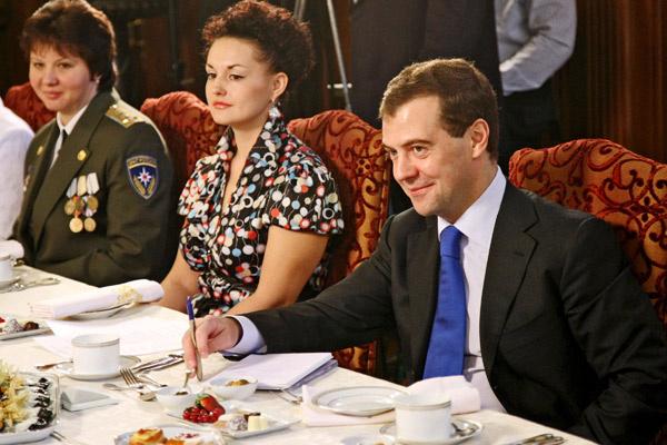 На Земле Серова носила исключительно стильные наряды (На встрече с Дмитрием Медведевым)