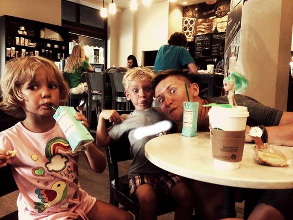 Семья весело проводит время втроем