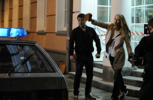 Режиссер просил Оксану вести себя в этой сцене наглее: кидать кирпич в окно со всей силы