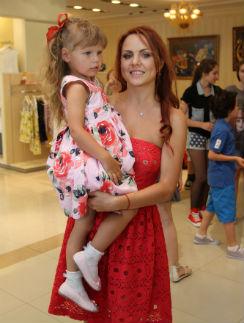 Старшая дочь певицы, пятилетняя Александра, с нетерпением ожидала появления сестренки на свет