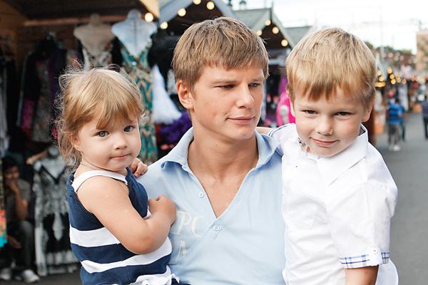 Старшие Яна и Артем скучают по папе. На фото – Андрей с детьми в Лондоне. Июль, 2010 год