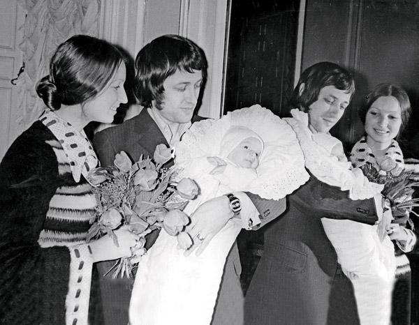 Юрий Волочков забирает из  роддома жену с дочкой Настей.  Январь,1976 год