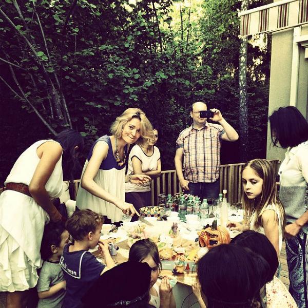 Дети ждут, когда Надя Михалкова порежет торт