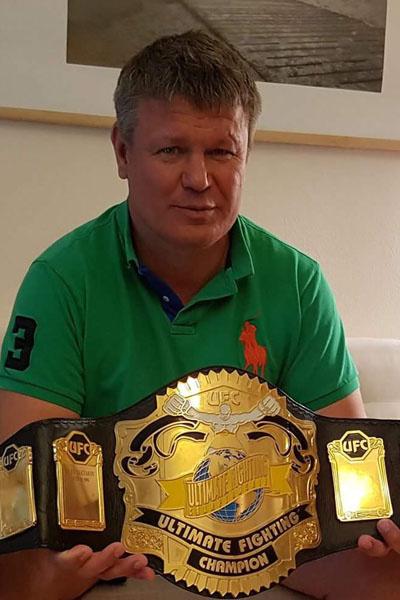 Олег Тактаров с наградой чемпиона мира