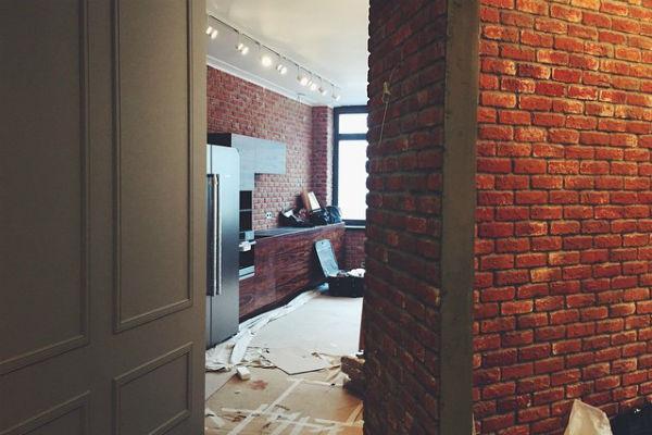 Большая часть пространства в квартире телеведущей оформлена в стиле лофт