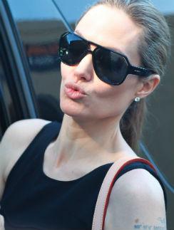 Знает ли Джоли, что Энистон объявила ей войну, не известно