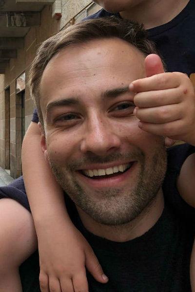 Дмитрий все еще скрывает лицо сына