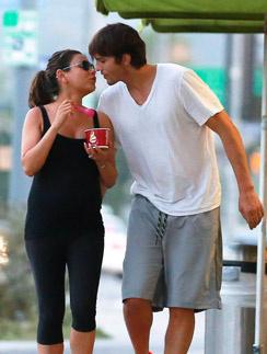 Эштон Катчер тщательно следит за тем, что ест любимая, и в награду за соблюдение диеты она получает от него поцелуй
