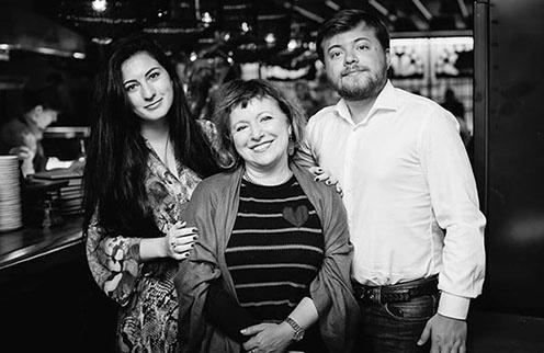 Елена Чекалова (в центре), ее сын Иван Парфенов и его невеста Мария Бройтман