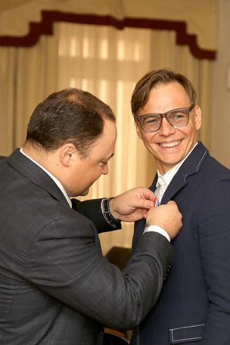 Игорь Пушкарев награждает Илью Лагутенко орденом